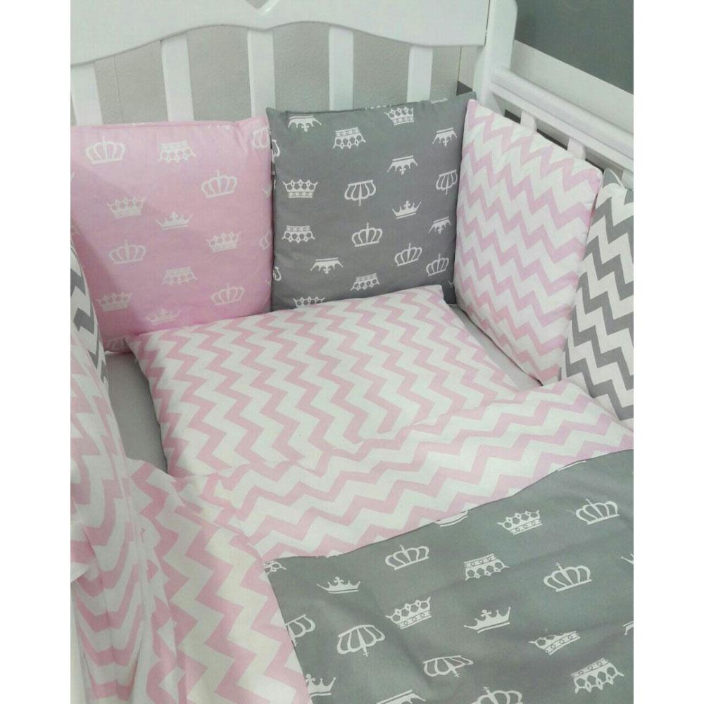 Комплект в кроватку ByTwinz с бортиками-подушками Короны розовые<br>