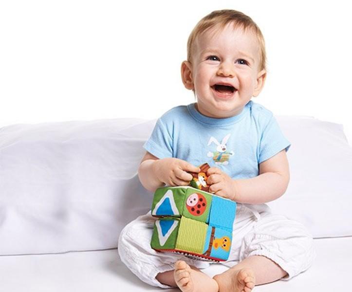 Ребёнок с подарком фото
